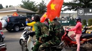 """Hai người mặc áo bộ đội này, chỉ huy và luôn hô hào chỉ điểm """"công ty Trung Quốc"""". Ba lô của họ mang, có cả những vật liệu để gây cháy nổ."""