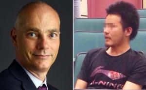Ông Cliff Buddle (trái), giảng viên ở Hồng Kông và sinh viên Trung Quốc Li (phải) giả danh, tấn công ông trước giảng đường, đòi thôi dạy bằng tiếng Anh