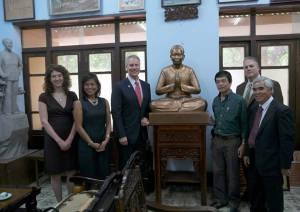 Nhà nhiếp ảnh NIck Út (đầu tiên ở bên phải) trong chuyến đi về VIệt Nam tháng 6-2015